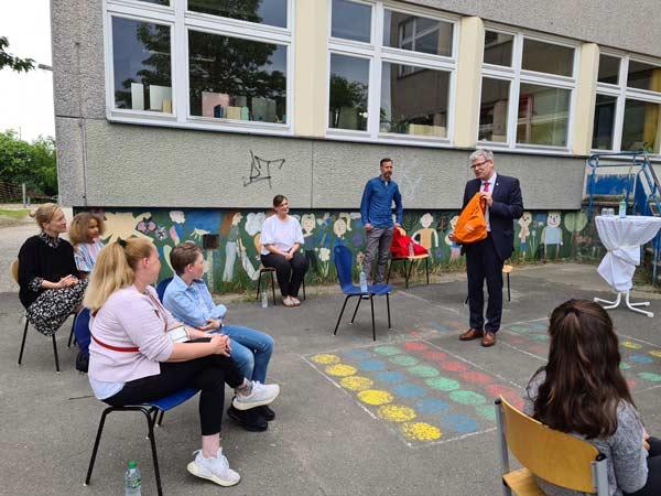Bezirksbürgermeister Helmut Kleebank verleiht den Preis
