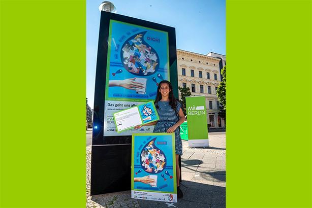 Die Gewinnerin mit ihrem Plakat auf der Litfaßsäule