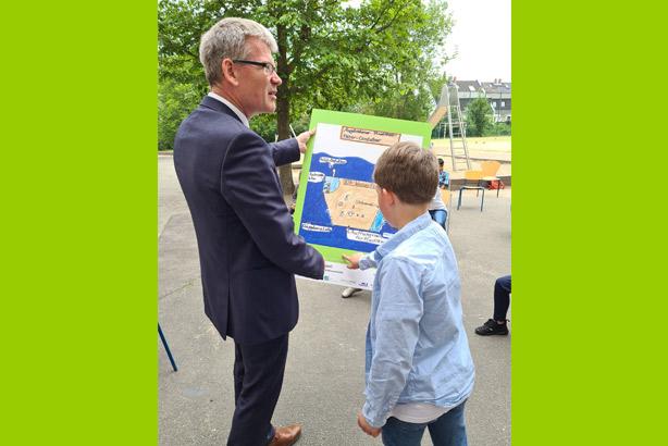Bezirksbürgermeister und der Gewinner des Wettbewerbs