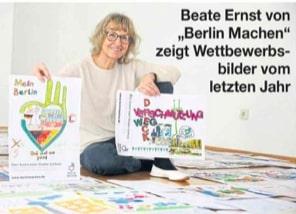 Beate Ernst zeigt Plakate von Kindern