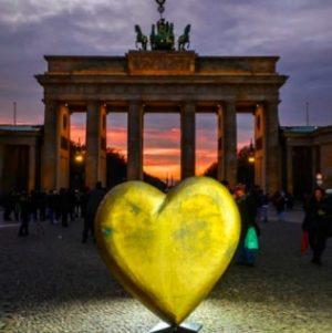 Brandenburger Tor mit goldenem Herz