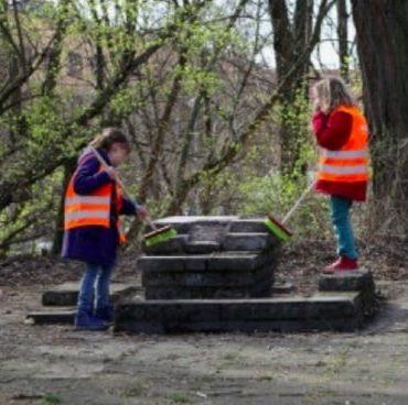 Zwei Mädchen räumen die Umwelt auf