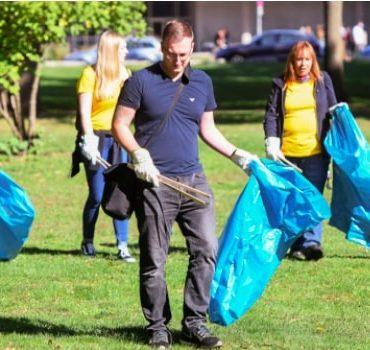 Müll sammeln auf einer Wiese