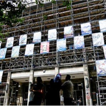 Rathaus Tiergarten mit Kinder-Plakaten