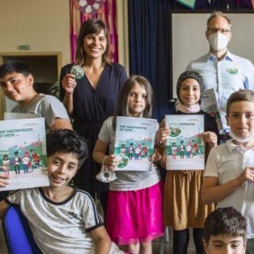 Schulkinder stolz mit ihre Umweltschützer*innen-Paket