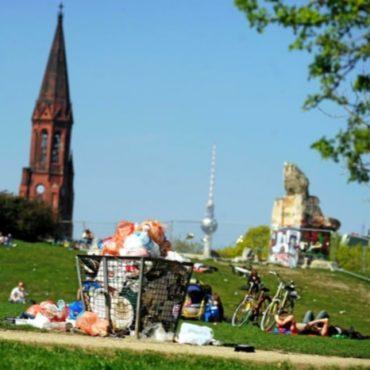 Berlins vermüllte Parks mit vollen Mülleimern