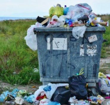 Ein Müllcontainer quillt mit Abfall über