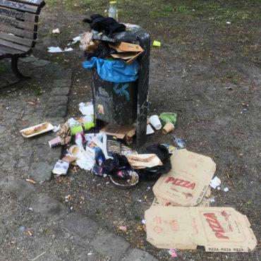 Mülleimer quillt über 2020