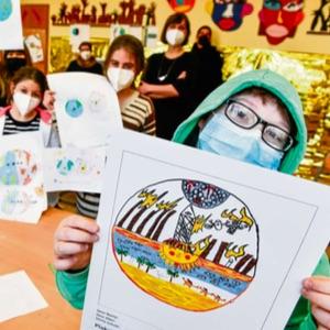 Kinder in der Schule mit ihren Plakaten