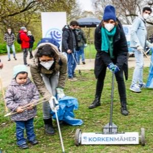 Groß und Klein bei einem gemeinsamen Cleanup im Park