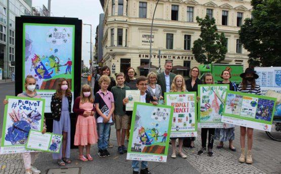 Die Gewinner des Plakatwettbewerb bei der Preisverleihung am Checkpoint Charlie