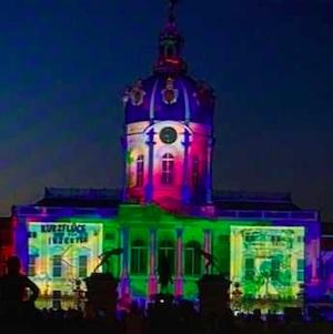 Das Schloss Charlottenburg wurde beim Festival of Lights mit den Plakaten des Plakatwettbewerbs angeleuchtet